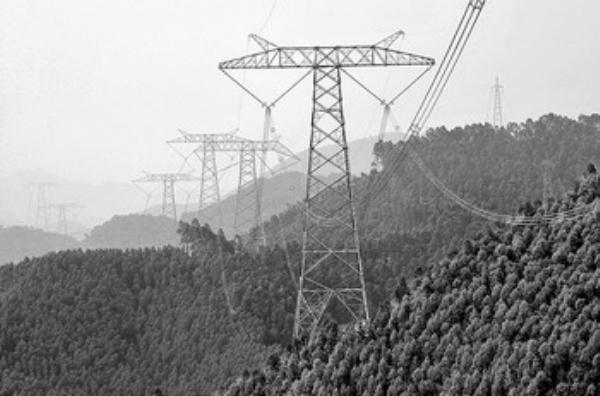 云广800千伏特高压直流输电工程竣工投产,进一步推进西电东送战略实施,促进东中西互联互动、经济社会协调发展;实施自主创新,掌握特高压直流输电的核心技术;大大增强云南水电输送广东的能力,将有力促进粤、滇两省转变经济发展方式、推进低碳经济发展。同时,也为今后实施更远距离、更大容量、更高效率的电力输送奠定了基础。   打造绿色平台 推动节能减排   800千伏电压,代表着当今世界直流输电领域的最高电压等级,意味着大容量输电和低损耗。建成一条800千伏的特高压直流输电线路,就像建成了一条电力高速公路。